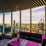 """Im Radisson Sky Hotel sollte man unbedingt die """"LOUNGE24"""" besuchen und bei einem Getränk die grandiose Aussicht genießen"""