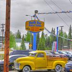 Gebrauchtwagenmarkt im typischen US-Style in Fairbanks - Das gelbe Schmuckstück gabs für 23000 Dollars