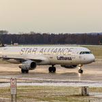 Airbus A321-131 (Lufthansa - Star Alliance / D-AIRW) rollt zum enteisen während die 737 im Hintergrund ausrollt