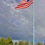 """""""The big one"""" in North Pole - Diese Flagge ist von Weitem zu sehen. Ein Sohn hat sie hier für seinen Vater (Veteran) aufgestellt. // """"The big one"""" in North Pole - This flag can be seen from far away. A son has set it up here for his father, a veteran."""