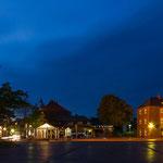 Panorama vom Marktplatz in Wittmund, rechts das Kreishaus des Landkreises Wittmund.