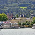 Blick auf den Hafen von Bregenz in Österreich vom Bodensee aus. Links liegt die Sonnenkönigin, welche laut Herstellerangaben zu den größten Fahrgastschiffen auf einem mitteleuropäischen Binnengewässer gehört.