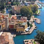 Blick auf die Promenade und das Wahrzeichen von Riva del Garda, der leicht schiefe Torre Apponale
