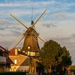 Windmühlen findet man in vielen Örtchen, hier irgendwo zwischen Wittmund und Corolinensiel