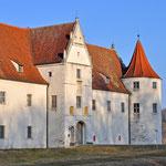 Neuburg an der Donau - Das Jagdschloss Grünau ist östlich der Stadt im Donau - Auenzentrum inmitten der Natur gelegen