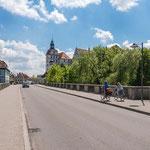 Neuburg an der Donau - Elisenbrücke mit Blick auf das Schloss im Frühsommer