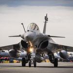 Rafale vor vielen vielen F-16 im Hintergrund