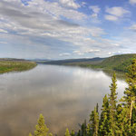 Der Yukon von der Brücke mit Blick Richtung Osten. // The Yukon River from the bridge looking towards east.