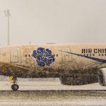 Der Airbus A330-243 von Air China (B-6076) war mittlerweile auch versorgt und machte sich auf den Weg nach Peking
