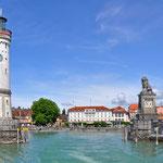 Hafeneinfahrt von Lindau mit Promenade und Mangturm vom Bodensee aus