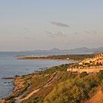 Die aufgehende Sonne färbt die Ostküste in ein traumhaftes Licht (bei Porto Corallo)