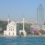 Eine der zahlreichen Moscheen von Istanbul. Der Ruf der Muezzine zum Gebet erklang fünfmal täglich von den vielen Minaretten überall in der Stadt.