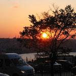 Blick über das goldene Horn bei Sonnenuntergang.