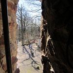 Blick durch ein Fenster im Hahnenkammturm.