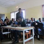 Ein Schüler beim Erstellen eines Emailkontos. Die Mitschüler verfolgen die Registrierungsprozedur über das Beamerbild.
