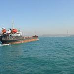 Ein leerer Tanker Richtung Schwarzes Meer querte auf dem vielbefahrenen Bosporus die Fahrtroute unserer Fähre.