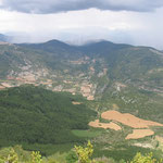 Blick zurück auf Sarsa de Surta vom Weg auf den Tozal de Asba (1431 m).