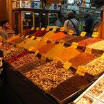 Ein Verkaufsstand im ägyptischen Bazar (Gewürzbazar) am goldenen Horn.