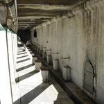 Waschplätze für die rituelle Fußwaschung vor dem Gebet in der blauen Moschee.