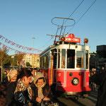 Die alte Istanbuler Straßenbahn am Taksimplatz. Sie fährt die große Bummelmeile von Istanbul, die Istiklalstraße, entlang, .
