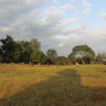 Abendliches Fussballspiel auf dem Dorfsportfeld von Kishumundu.