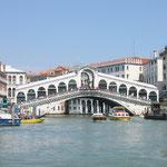 Die weltbekannte Rialtobrücke über den Canale Grande.