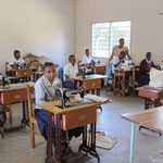 Schülerinnen des VTC in Moshi beim Schneidern.