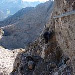 """Der Klettersteig """"Nackter Hund"""" im Bandbereich einer Steilwand, Foto: Dr. Birgit Esslinger"""