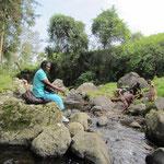 Mit Salome Mungure an einem Wasserfall in der Nähe des Morangu Gates, einem Startplatz für Kilimandscharu-Besteigungen. Meine Nachbarin Salome ist eine warmherzige Gastgeberin, die schnell zu einer Freundin geworden ist.