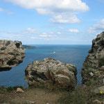 Das Bosporusende am Schwarzen Meer von einer Burgruine auf dem asiatischen Ufer betrachtet.