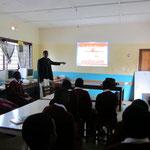 Computerunterricht zur Nutzung des Internets. Durch den Beamer können alle Schüler die Interaktionen mit dem Computer und Server verfolgen.