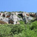 Die mit Höhlen durchzogenen Schluchtwände bieten Vögeln (u.a. verschiedenen Geierarten und großen Greifvögeln) reichlich sichere Brutplätze.