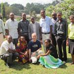 Lehrer der Kishumundu Secondary School und ihr zeitweiliger Mzungu-Kollege.