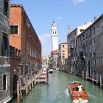 Nicht nur in Pisa gibt es einen schiefen Turm - der schwierige, schlammige Baugrund in der Lagune zeigt Folgen.