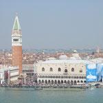 Der Markusplatz mit Dogenpalast, Campanile und vielen Touristen vom Kirchturm gegenüber!!