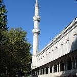 Eines der sechs Minarette der blauen Moschee.