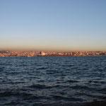 Abendlicher Bick über den Bosporus auf einen asiatischen Stadtteil von Istanbul.