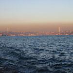 Die ältere der beiden Bosporusbrücken bei Sonnenuntergang.