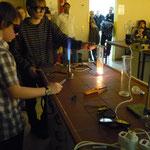 Dann zeigten die Schülerinnen und Schüler Experimente zu den bereits gelernten Inhalten.