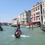 Dichter Schiffsverkehr herrscht auf dem Canale Grande allenorts, u.a. durch Gondeln, öffentlichen Nahverkehr,Taxis und allerhand Lieferverkehr für Einwohner und Tourismus.