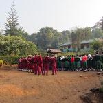 Schüler bei der vor der ersten Unterrichtsstunde stattfindenden Morgenversammlung.