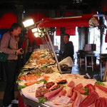 Eine Impression vom Fischmarkt nahe der Rialtobrücke.