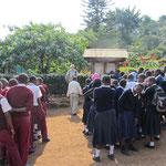 Kurzzeitig ein weiterer Mzungu an der Kishumundu Secondary School: Eckhard Schulz, ein pensionierter Lehrer aus Deutschland besuchte die Schule.