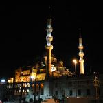 Ein Moschee am goldenen Horn (Stadtteil Eminönü) bei Nacht.