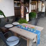 お店の外入り口にもテーブルとイスがあります。季節の良いときにはこちらで召し上がっても!