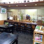魚治のカウンターと店内。喫茶店のように気軽なかんじで座っていただけたら。熟練のすし職人の店主がおいしいすしをにぎります!