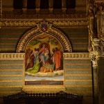 Allmachtsphantasie: davon träumt die Kirche, die weltliche Macht (symbolisiert durch den Löwen) liegt ihr zu Füßen. Natürlich kaschiert durch die Anbetung ihrer heiligsten Symbole und Gestalten. Fresko über dem Portal.