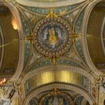 Blendwerk. Das Innere ist echt katholisch: Pompös und mit Symbolik überladen. Die Kathedrale von Lyon