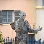 """Deutungshoheit: Will er nun sagen """"Das schreit ja zum Himmel"""" oder """"Kommt her zu mir, ich tröste Euch""""? Das darf jeder für sich entscheiden. Aber schön jung und frisch sieht er hier noch aus, und stürmisch noch dazu: Papst Johannes Paul II."""