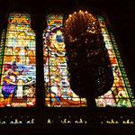 """Kirchenfenster: warum sie immer so magische Wirkung haben, muss mal irgendein (vernünftiger) Psychologe erklären Das """"Etwas"""" davor ist ein dunkler Leuchter. (So'n Widerspruch aber auch!)"""